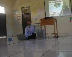 Mr. Abdullah, S.Pd saat memberikan materi pada KSI Edisi Bulan Ramadhan